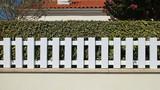 Clôture en PVC blanc d'un jardin - 232999970