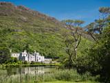 Kylemore Abbey in Irland mit Spiegelung im Wasser - 233028178