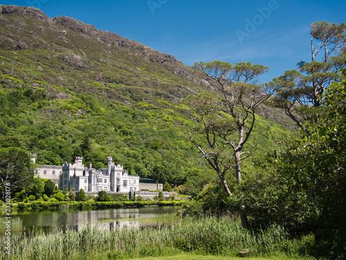 Leinwanddruck Bild Kylemore Abbey in Irland mit Spiegelung im Wasser