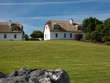 Leinwanddruck Bild - Zwei traditionelle Häuser mit Dach aus Schilfrohr