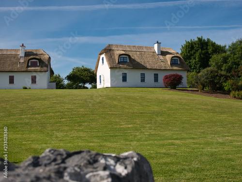 Leinwanddruck Bild Zwei traditionelle Häuser mit Dach aus Schilfrohr