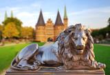 Lübeck, Holstentor mit Löwe im Vordergrund