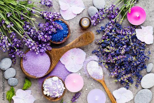 Niezbędna lawendowa sól z kwiatu odgórnym widokiem.