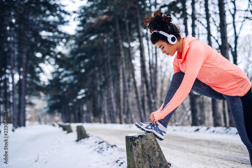 Leinwanddruck Bild Youn can't let the weather affect your fitness routine