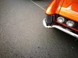 Grimmig blickende Doppelscheinwerfer im Kühlergrill eines amerikanischem Luxus Coupé der Sechzigerjahre bei den Golden Oldies in Wettenberg Krofdorf-Gleiberg bei Gießen in Hessen