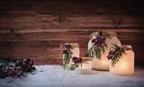 Wunderschöne Weihnachtsdekoration mit winterlich, frostigen Laternen /Windlichtern vor rustikal Holz Hintergrund  - 233088580