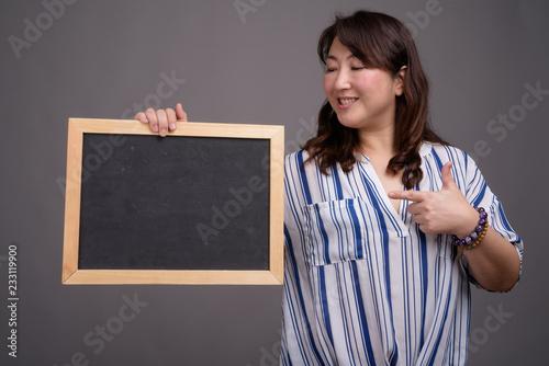 Azjatycki bizneswomanu mienia blackboard z kopii przestrzenią