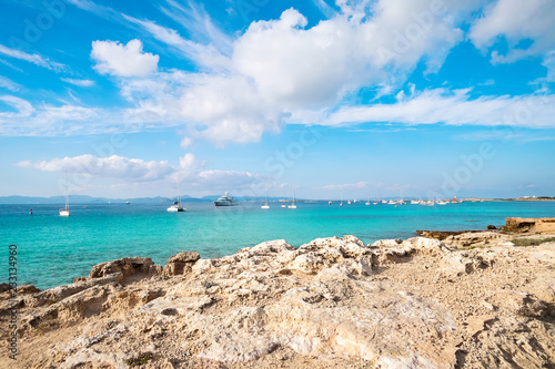 Foto Murales View of sea with yachts from rocky shore