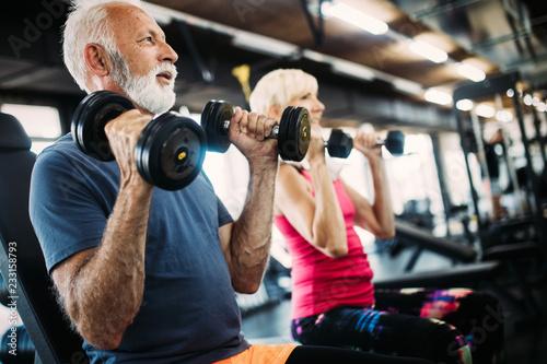 Dysponowana starsza sporty para pracująca przy gym out wpólnie