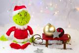 Grinch mit Schlitten, weißer Hintergrund - 233184353