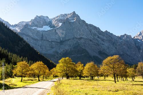 Leinwandbild Motiv Österreich - Tirol - Herbst im Großen Ahornboden