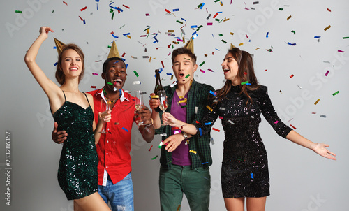 Foto Murales party happy friends dancing with confetti and champagne