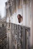 Mujer joven contemplando el paisaje desde la Catedral de Milán © Ruben Chase