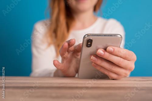 dziewczyna za pomocą smartfona