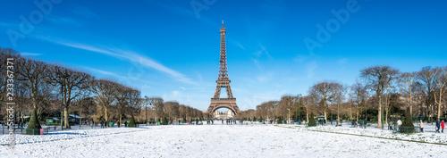 Panorama Paryża w zimie z wieży Eiffla