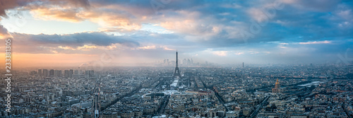 Paryska linia horyzontu w zimie przy zmierzchem