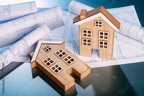 Zwei Holzhäuser mit Bauplänen - 233395580