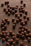 nocciole con sfondo legno - 233403920