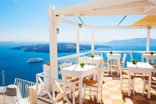 Fototapety, obrazy : Cafe on the terrace overlooking the sea. Santorini island, Greece