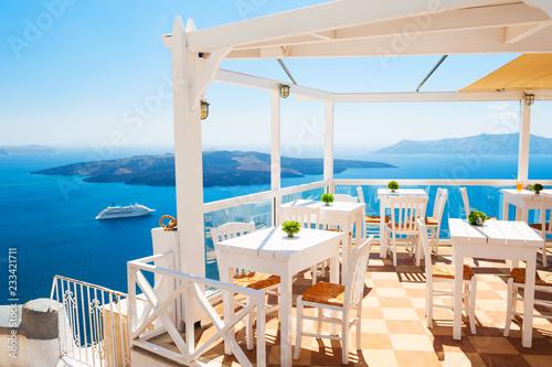 Zdjęcia na płótnie, fototapety na wymiar, obrazy na ścianę : Cafe on the terrace overlooking the sea. Santorini island, Greece