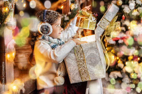 Leinwanddruck Bild opening gifts at christmas