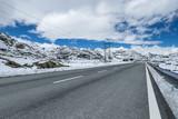 Straße auf dem Gipfel des St. Gotthard - 233456543