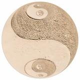 Symbole yin yang sur le sable, fond blanc - 233496579