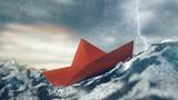 Risiko Konzept mit Papierboot im Sturm auf Meer