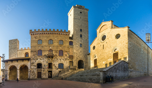 Foto Murales View at the Cathedral of Santa Maria Assunta with Town hall building at the Place of Duomo in San Gimignano - Italy