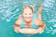 Lächelnde Seniorin bei Aquafitness