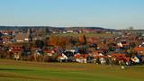 malerische Dorfansicht von Effringen im Nordschwarzwald an sonnigem Herbsttag - 233573105