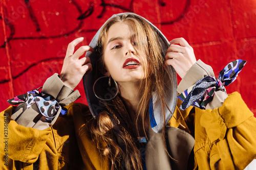 Portret atrakcyjne modne zdjęcie modelu pozowanie sobie szary sweter z kapturem