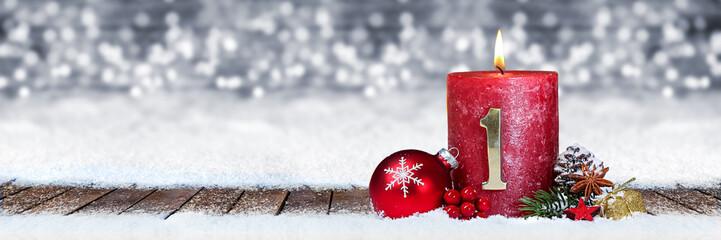 Erster Advent schnee panorama Kerze mit Zahl dekoriert weihnachten Aventszeit holz hintergrund lichter bokeh / first sunday advent © stockphoto-graf