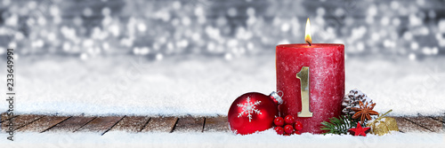 Leinwanddruck Bild Erster Advent schnee panorama Kerze mit Zahl dekoriert weihnachten Aventszeit holz hintergrund lichter bokeh / first sunday advent