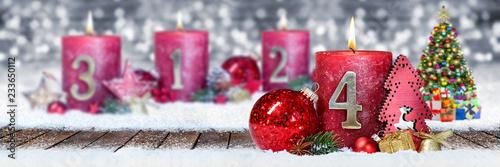 Leinwanddruck Bild Vierter Advent schnee panorama Kerze mit Zahl dekoriert weihnachten Aventszeit holz hintergrund lichter bokeh / fourth sunday advent