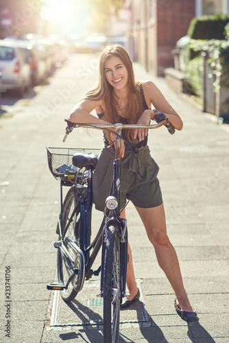 fototapeta na ścianę Junge hübsche Frau mit ihrem Fahrrad