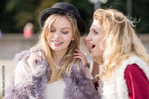 Foto Murales Two fashionable women gossiping