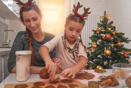 rodzina pieczenia na Boże Narodzenie