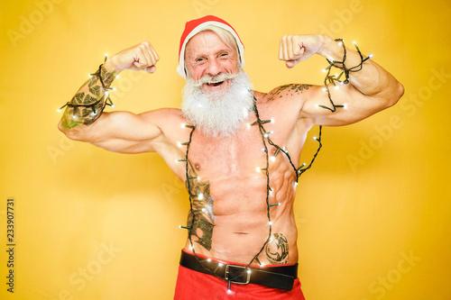 Mody tatuaż Święty Mikołaj jest ubranym roczników bożonarodzeniowe światła