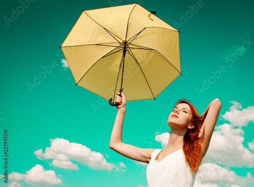 Piękna rudzielec dziewczyna w biel sukni trzyma parasolowego i ono uśmiecha się przy wsią