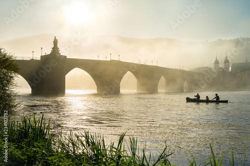 Alte Brücke und Neckar im Nebel, Heidelberg, Baden-Württemberg, Deutschland
