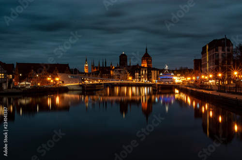 Krajobraz miejski nocą, miasto Gdańsk.