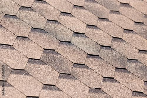 Zakrywający płytki na dachu budynek jako tło