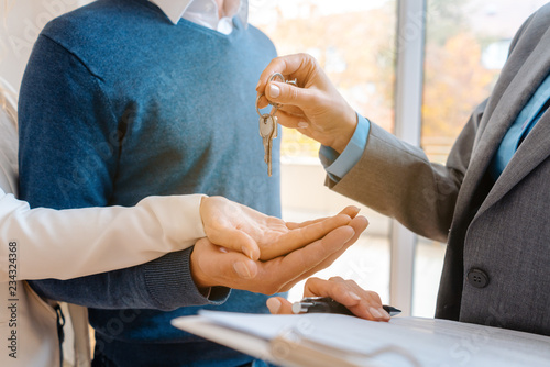 Leinwandbild Motiv Maklerin oder Vermieter übergibt die Wohnungsschlüssel