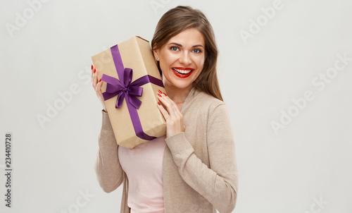 Szczęśliwa dziewczyna trzyma prezent. Portret na białym tle