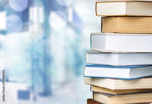 Książki kolekcja w stosie na tle.