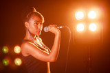 Chica joven con un micrófono en la mano © Dáiríne