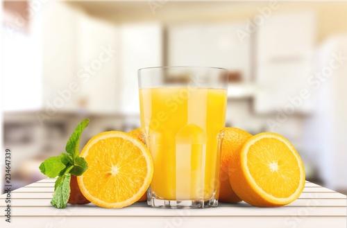 Sok pomarańczowy i plasterki pomarańcze na tle