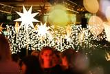 Gäste auf einer Weihnachtsfeier - 234656964