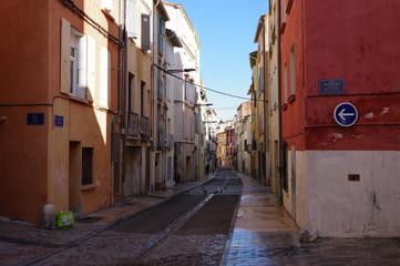 Rue de ville du sud de la France et batiment délabré © Ourson+